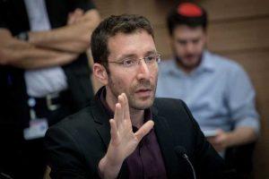 MK Itzik Shmuli de La Unión Sionista habla durante una reunión del Comité de Trabajo, Bienestar y Salud en la Knesset, el 7 de marzo de 2017. (Yonatan Sindel / Flash 90)