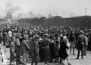 Mayo de 1944, una selección de judíos húngaros en la rampa de Birkenau, donde un millón de judíos fueron asesinados durante el Holocausto (Wikimedia Commons)
