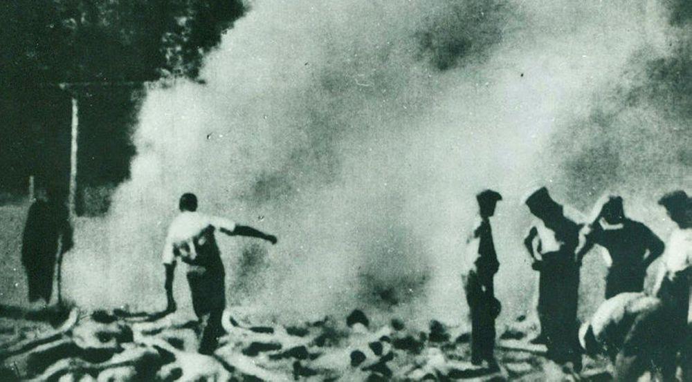 Miembros del Sonderkommando judío trabajando en Auschwitz, el campo de exterminio en la Polonia ocupada por los nazis, en 1944.
