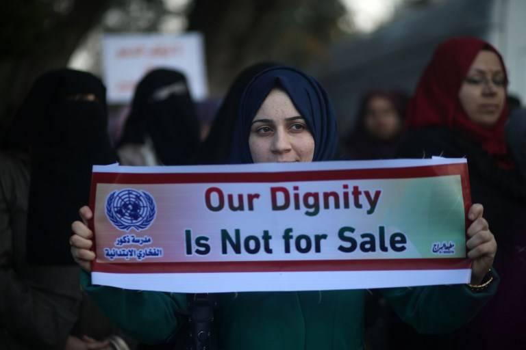 Mujeres árabes participan en una protesta en la ciudad de Gaza el 29 de enero de 2018, en contra de la iniciativa de los Estados Unidos de congelar fondos para la agencia de la ONU para refugiados palestinos, UNRWA.(MOHAMMED ABED / AFP)