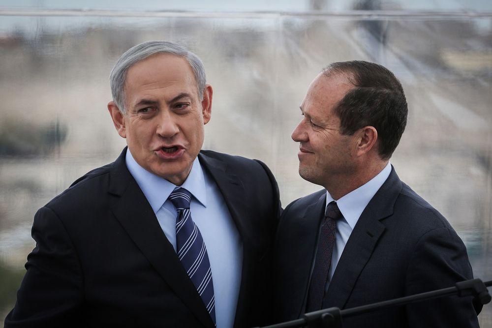 El Primer Ministro Benjamin Netanyahu (izquierda) y el Alcalde de Jerusalem Nir Barkat (derecha) celebran una conferencia de prensa en el Hotel Mamilla en Jerusalem, el 23 de febrero de 2015. (Hadas Parush / Flash 90)