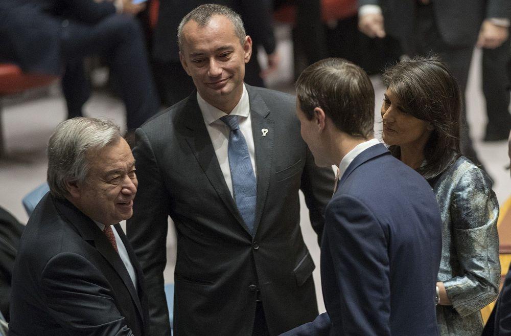 Nikki Haley, derecha, presenta a Jared Kushner, segundo desde la derecha al Secretario General de las Naciones Unidas, Antonio Guterres, antes del comienzo de una reunión del Consejo de Seguridad, el martes 20 de febrero de 2018 en la sede de las Naciones Unidas. (AP / Mary Altaffer)