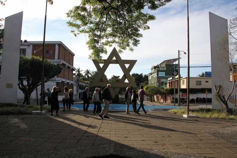 """Participantes de la """"misión de gratitud"""" a Guatemala caminando por una plaza de la ciudad dedicada a Jerusalem en la ciudad de Guatemala, enero de 2018 (Ilan Kottler)"""