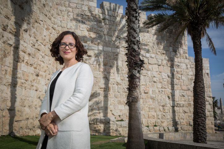 Kulanu MK Rachel Azaria fuera de las murallas de la Ciudad Vieja en Jerusalem, 23 de marzo de 2015. (Hadas Parush / Flash 90)