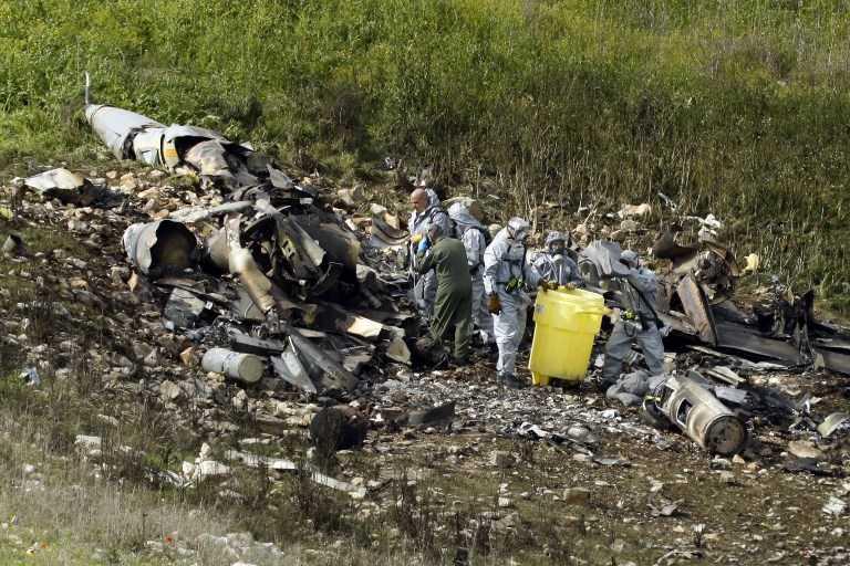 Los restos de un F-16 israelí que se estrelló después de ser atacado por las defensas aéreas sirias, en el norte de Israel, el 10 de febrero de 2018. (AFP / Jack GUEZ)