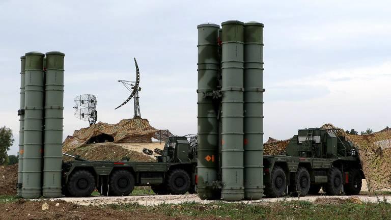 Sistema de defensa antimisiles S-400 Triumf en la base militar rusa de Hmeimin en la provincia de Latakia, en el noroeste de Siria, el 16 de diciembre de 2015. (Paul Gypteau / AFP)