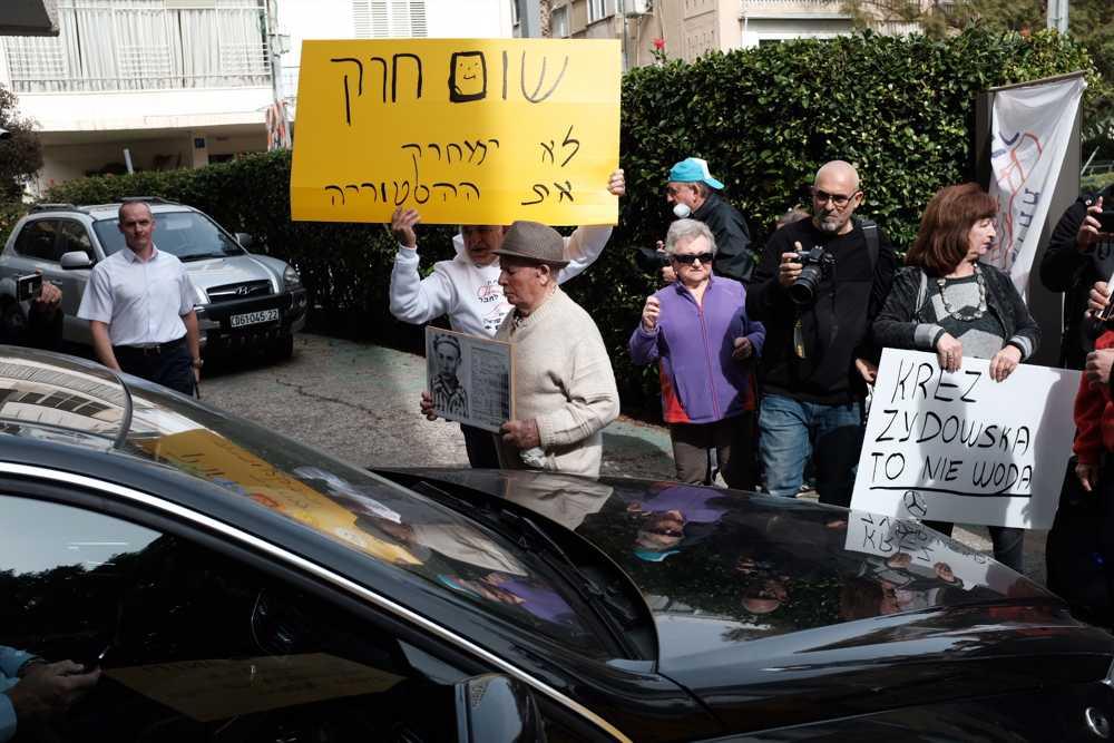 Los sobrevivientes del Holocausto y activistas toman parte en una protesta en la embajada de Polonia en Tel Aviv, el 8 de febrero de 2018. (Tomer Neuberg / Flash 90)