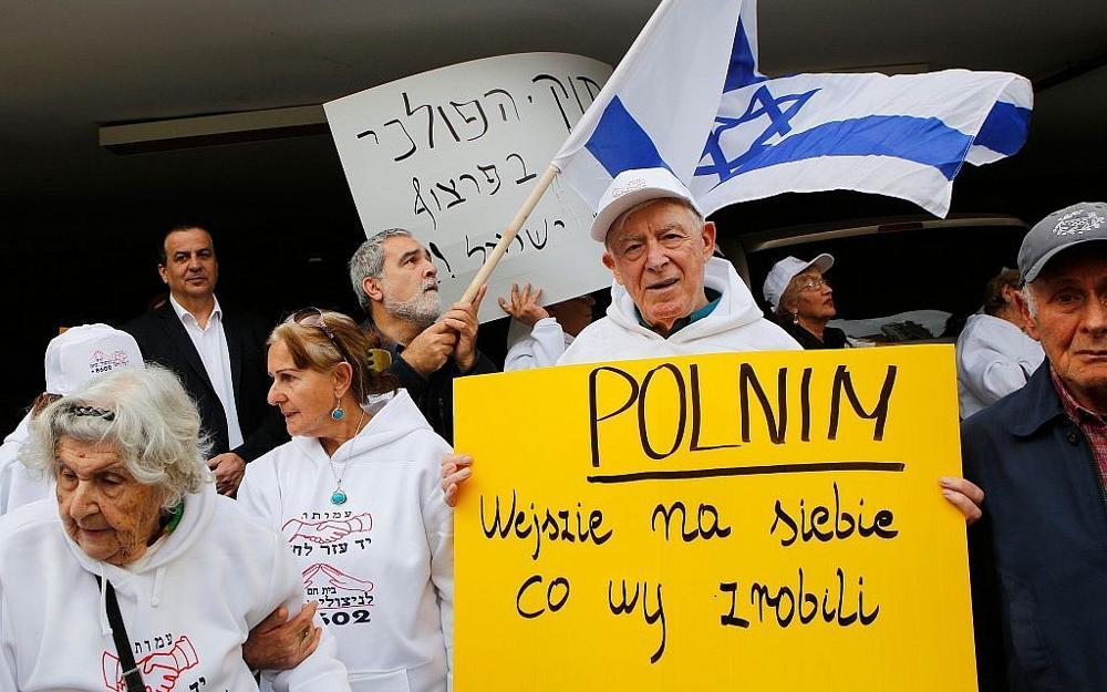Sobrevivientes del Holocausto que protestan contra el nuevo proyecto de ley de Polonia sobre la retórica del Holocausto frente a la Embajada de Polonia en Tel Aviv, 8 de febrero de 2018. (Gil Cohen-Magen / AFP / Getty Images / vía JTA)