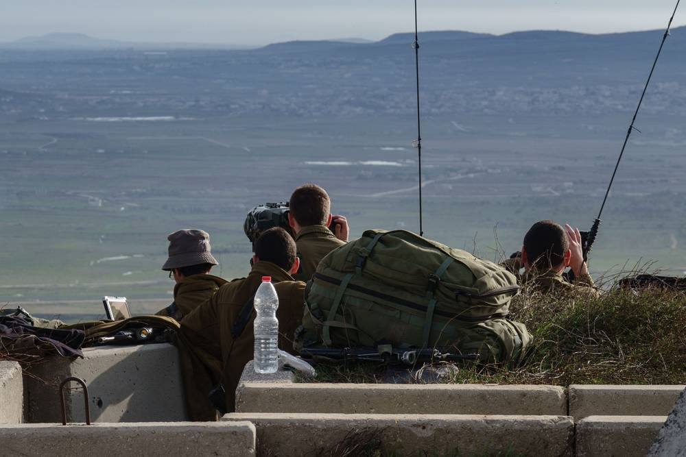 Soldados israelíes inspeccionan la frontera con Siria desde un puesto militar en los Altos del Golán, tras una serie de enfrentamientos aéreos con las fuerzas sirias e iraníes en Siria, el 10 de febrero de 2018. (Flash 90)
