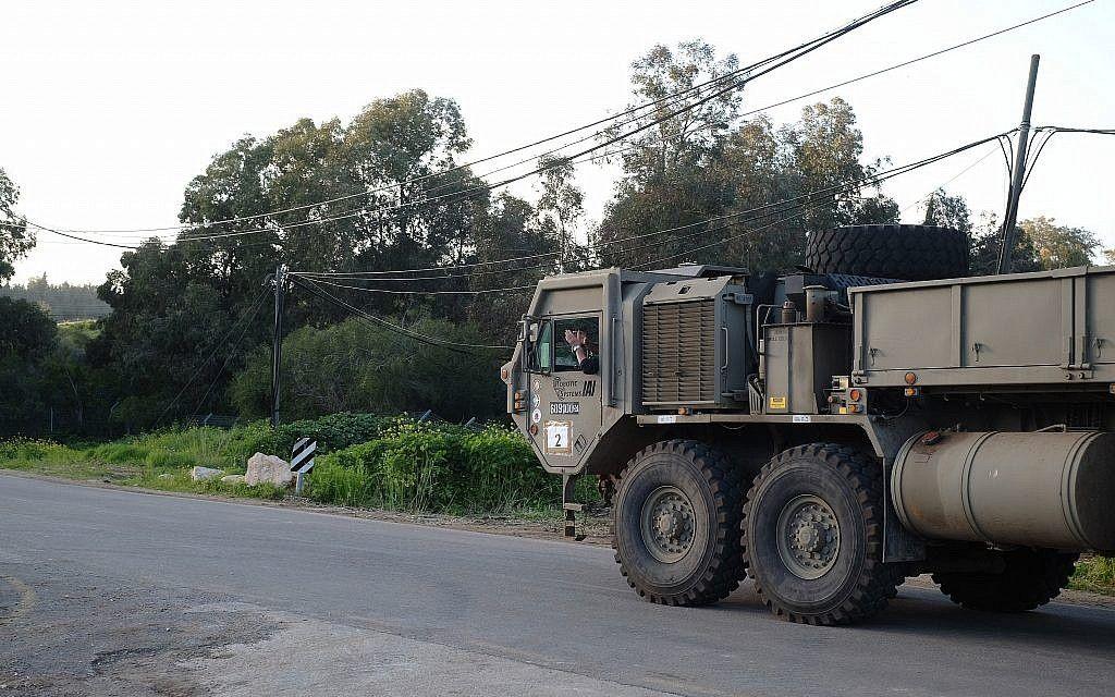 Soldado muestra que el transportador de tropas de las FDI se desplaza sin que él tenga las manos en el volante. (Fuerzas de Defensa de Israel)