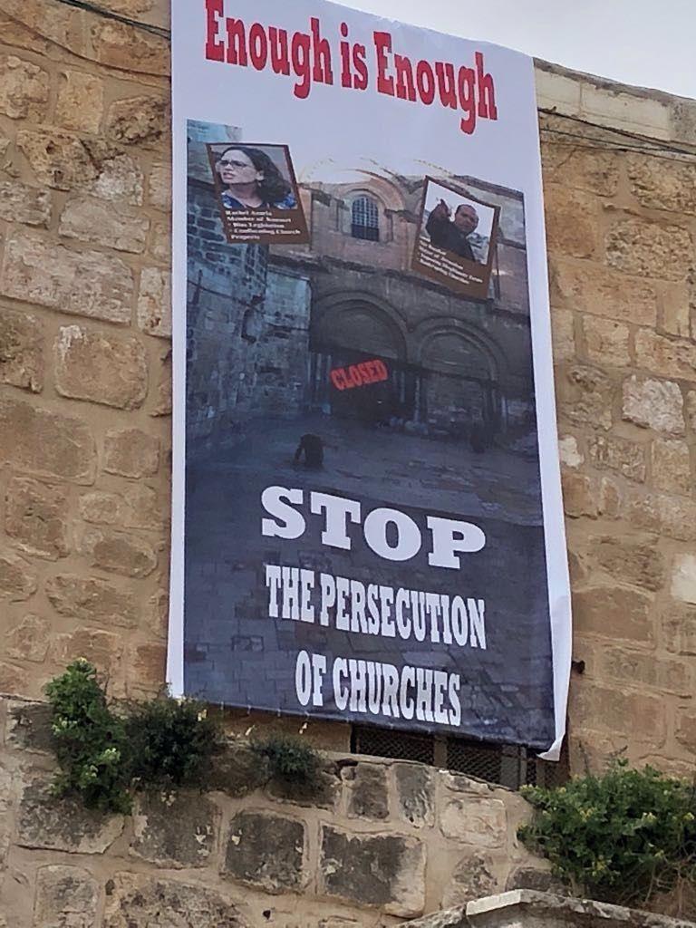 Un cartel de protesta en la Iglesia del Santo Sepulcro que representa los objetos de la protesta, la Sra. Rachel Azaria (arriba a la izquierda) y el Alcalde de Jerusalem Nir Barkat (arriba a la derecha). (Mab-CTS)