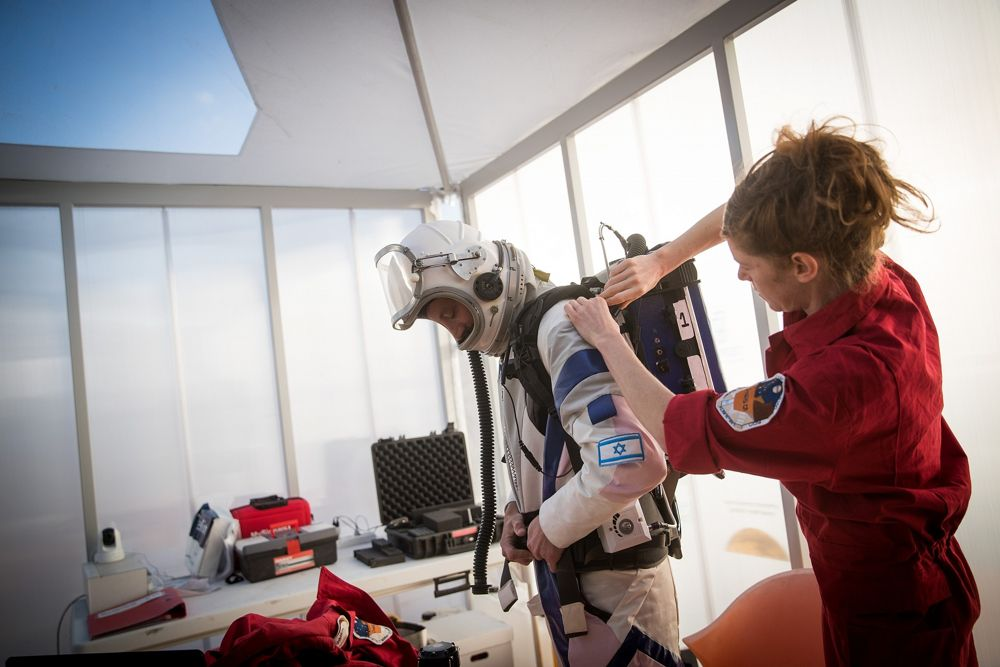 Un científico israelí se prepara para abandonar la estación espacial D-MARS como parte de un proyecto que simula la vida en Marte, en las afueras de Mitzpe Ramon, en el sur de Israel, el 18 de febrero de 2018. (Yonatan Sindel / Flash 90)