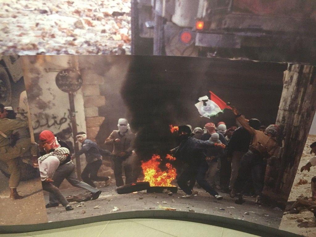 Una imagen de árabes en keffiyeh lanzando cócteles molotov. Museo Yasser Arafat. (Lilia Gaufberg)