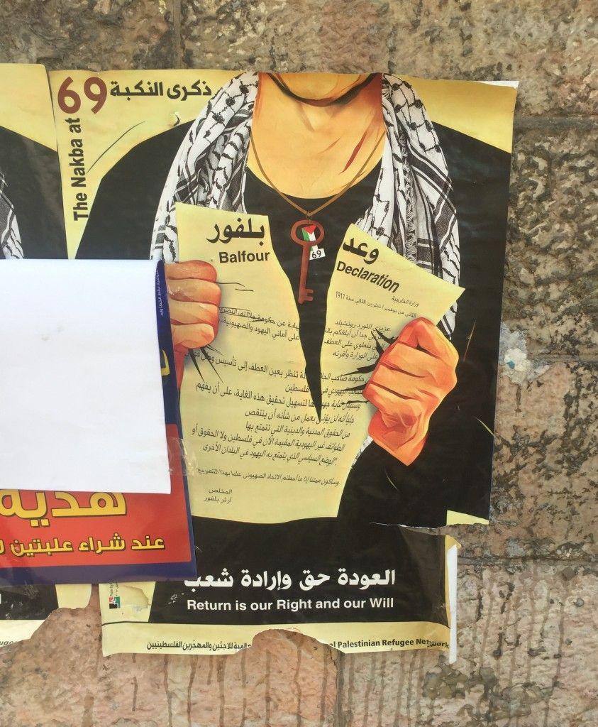 Una imagen de un árabe con un keffiyeh, un símbolo de militancia y terror palestinos, rompiendo la Declaración Balfour. Exuesta a lo largo de las calles de Ramallah. (Lilia Gaufberg)
