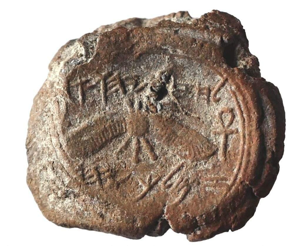 Una impresión de sello del rey Ezequías desenterrada en las excavaciones de Ophel al pie de la pared sur del Monte del Templo, dirigida por el Instituto de Arqueología de la Universidad Hebrea de Jerusalem (cortesía de Eilat Mazar; foto de Ouria Tadmor)