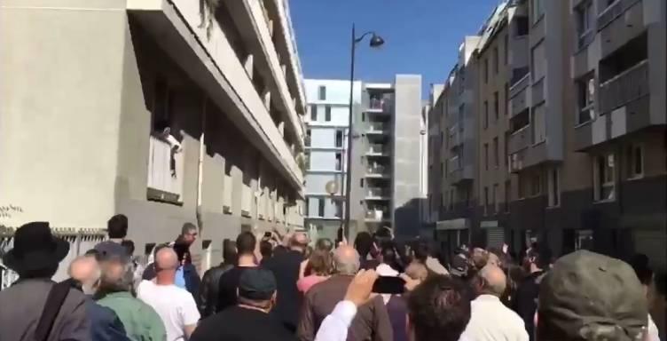 Unos 1.000 miembros de la comunidad judía de Francia se reunieron frente a la casa de Sarah Halimi en París para conmemorar su asesinato la semana pasada, 9 de abril de 2017. (Captura de pantalla: video 0404)
