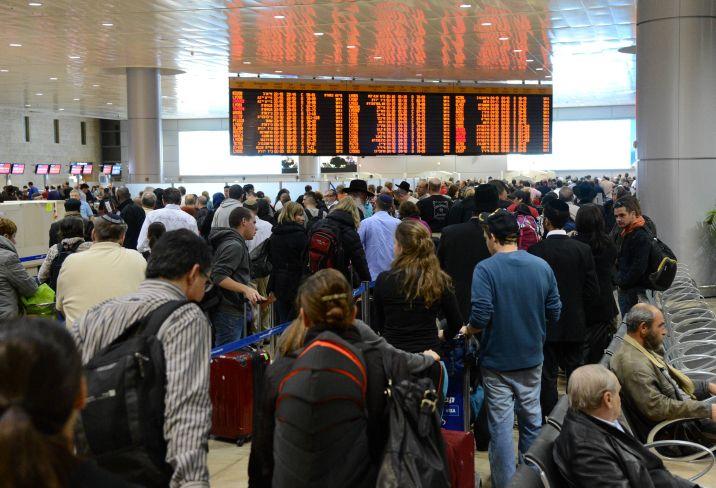 Ilustrativo: viajeros haciendo fila en la terminal de salidas del aeropuerto internacional Ben Gurion (Yossi Zeliger / Flash 90)