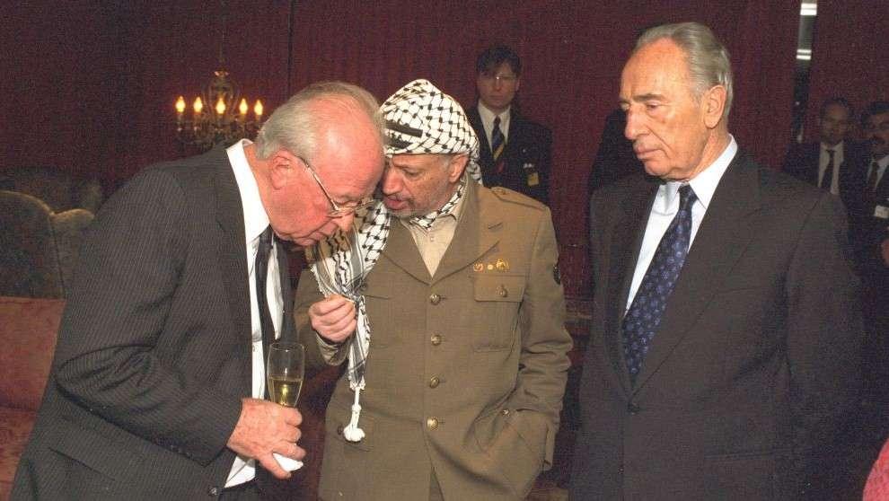 Yitzhak Rabin, a la izquierda, conversa con Yasser Arafat, centro, y Shimon Peres después de que los tres recibieron el Premio Nobel de la Paz en Oslo en 1994. (GPO)