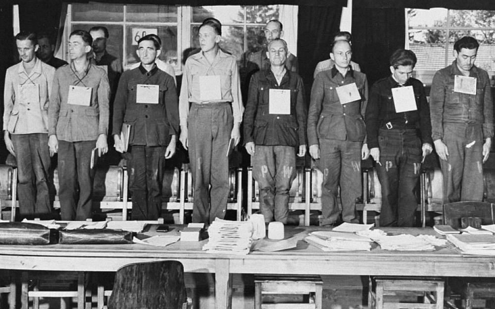 Dieciséis de diecinueve acusados enjuiciados por crímenes de guerra cometidos durante la guerra en Dora-Mittelbau. El grupo incluyó cuatro Kapos. 17 de septiembre de 1947, Dachau, Alemania (Museo Conmemorativo del Holocausto de los EE.UU., Cortesía de National Archives and Records Administration, College Park)