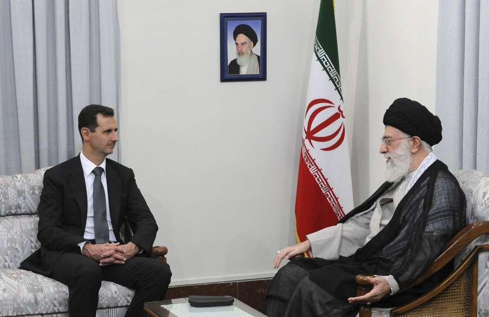 El líder supremo iraní ayatolá Ali Khamenei, a la derecha, habla con el presidente sirio Bashar Assad en Teherán, Irán, el 2 de octubre de 2010. (Sitio web oficial de la Oficina del Líder Supremo, a través de AP, archivo)