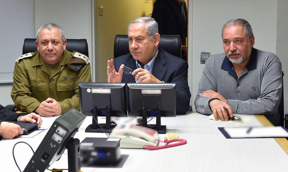 El primer ministro Benjamin Netanyahu, centro, recibe información sobre la escalada en la frontera norte junto con el jefe de personal de las FDI Gadi Eisenkot, izquierda, y el ministro de Defensa Avigdor Liberman, derecha, el 10 de febrero de 2018. (Ariel Hermoni / Ministerio de Defensa)