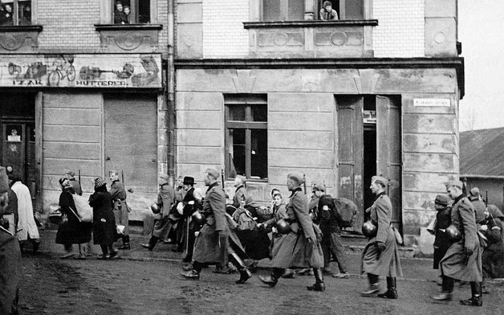 Una de varias fotografías tomadas durante la deportación de los judíos de Oswiecim a campos de exterminio y guetos en la región durante la ocupación nazi de Polonia.(Centro Judío de Auschwitz)