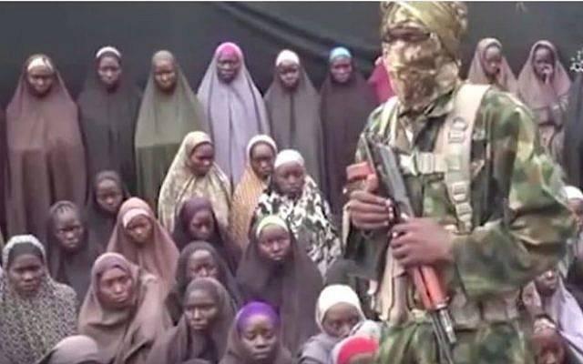 Una imagen tomada de un video publicado el 14 de agosto de 2014 por el grupo jihadista nigeriano Boko Haram muestra docenas de niñas secuestradas por el grupo en 2014. (captura de pantalla: YouTube)