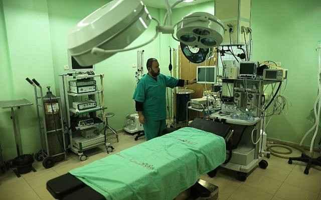 Un empleado del Ministerio de Salud de la Autoridad Palestina inspecciona el hospital de Beit Hanoun en el norte de la Franja de Gaza después de que detuvo sus servicios el 29 de enero de 2018 y se quedó sin combustible.(Mahmud Hams / AFP)