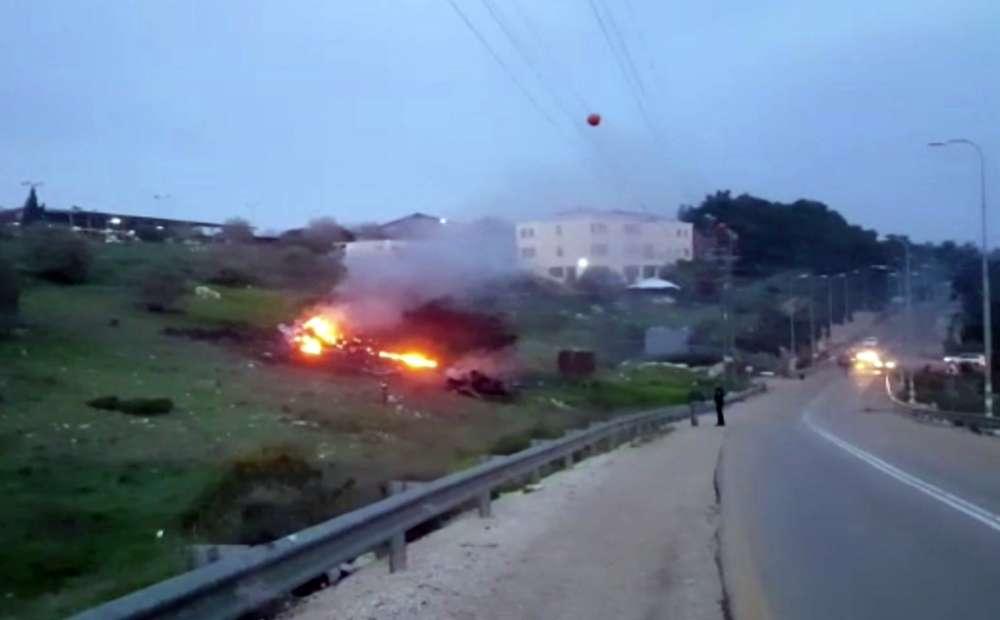 En esta imagen hecha a partir del vídeo proporcionado por Yehunda Pinto, los restos de un F-16 israelí se ven en llamas cerca de Harduf, en el norte de Israel, el sábado 10 de febrero de 2018. (Yehunda Pinto vía AP)
