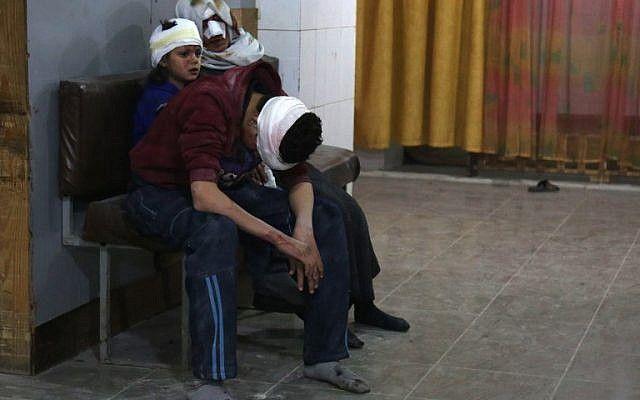Sirios heridos esperan para recibir tratamiento en un hospital improvisado en Kafr Batna después de los bombardeos del gobierno sirio en la sitiada región de Ghouta oriental en las afueras de la capital, Damasco, el 21 de febrero de 2018. (AFP PHOTO / Ammar SULEIMAN)