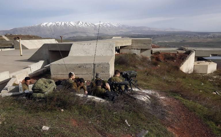 Una foto tomada el 10 de febrero de 2018 muestra soldados israelíes tomando posiciones en los Altos del Golán cerca de la frontera con Siria. (AFP PHOTO / JALAA MAREY)