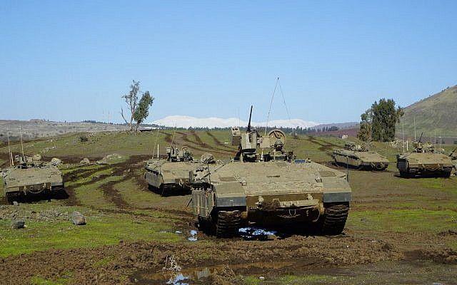 Los transportes de personal armados del ejército israelí participan en un ejercicio en el norte de Israel. (Fuerzas de Defensa de Israel)