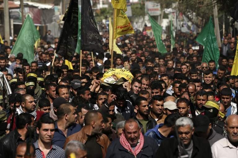 Árabes palestinos llevan el cadáver de Hamdan Abu Amsha, muerto el día anterior por fuego israelí durante una protesta masiva en la frontera a lo largo de la valla de seguridad, en Beit Hanoun, al norte de la Franja de Gaza, el 31 de marzo de 2018. (AFP / MAHMUD HAMS)