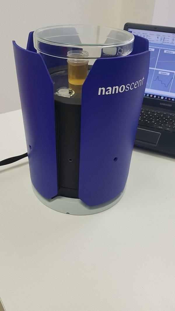 Analizador de aroma de Nanoscent que recopila datos de una muestra de olor.(Cortesía)