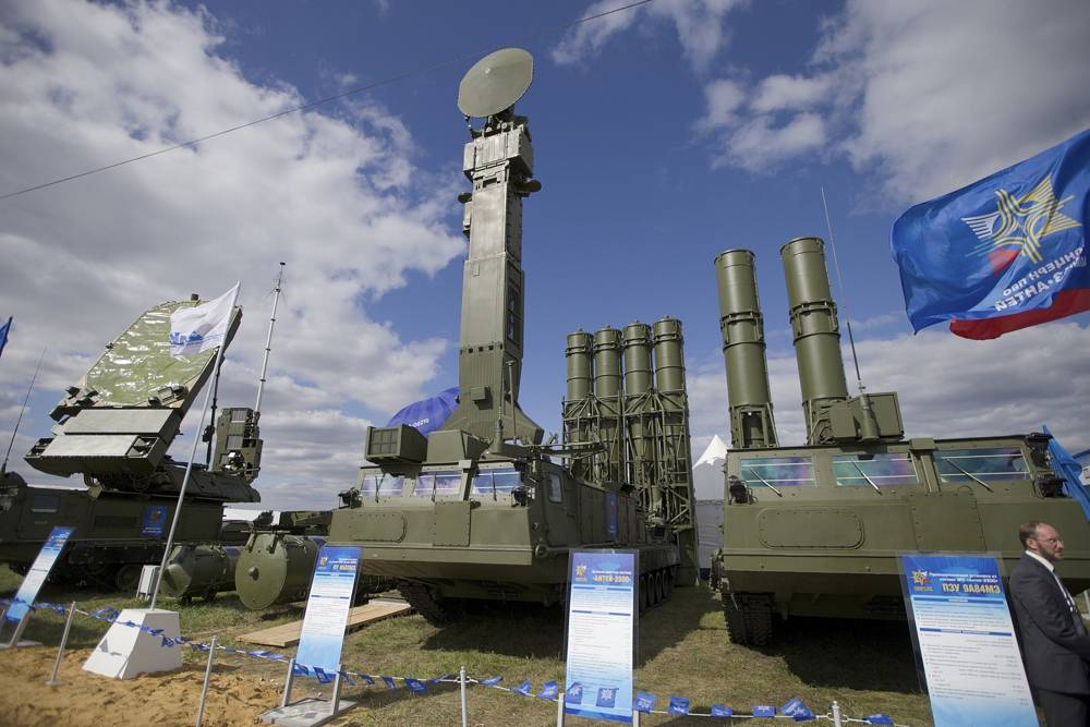 Foto de archivo, un sistema de misiles del sistema de defensa aérea ruso Antey 2500, o S-300 VM, se exhibe en la inauguración del MAKS Air Show en Zhukovsky en las afueras de Moscú, Rusia.El ejército ruso dijo el martes que había desplegado los sistemas de misiles de defensa aérea S-300 en Siria para proteger una instalación naval rusa en el puerto sirio de Tartus y los buques de la armada rusa en la zona.(Foto AP / Ivan Sekretarev, archivo)