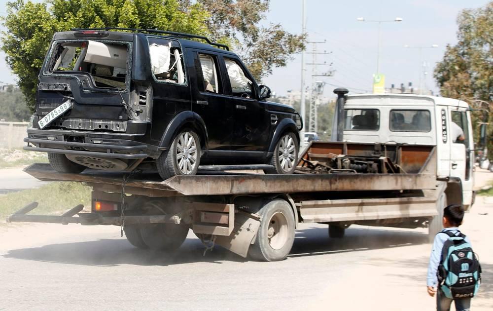 Un vehículo dañado en la explosión que estalló cerca del convoy del primer ministro de la Autoridad Palestina Rami Hamdallah se ve en la ciudad de Beit Hanoun, al norte de Gaza, el 13 de marzo de 2018. (AFP Photo / Mohammed Abed)