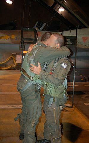 El piloto de un caza F-15I, del Escuadrón 69 de la Fuerza Aérea Israelí, ingresa a su avión antes de una operación para bombardear el reactor nuclear sirio en Deir Ezzor el 5 de septiembre de 2007. (Fuerzas de Defensa de Israel)
