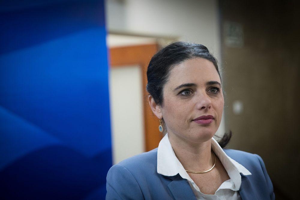 La ministra de Justicia Ayelet Shaked llega a la reunión semanal del gobierno en la Oficina del Primer Ministro en Jerusalem, el 17 de diciembre de 2017. (Yonatan Sindel / Flash 90)