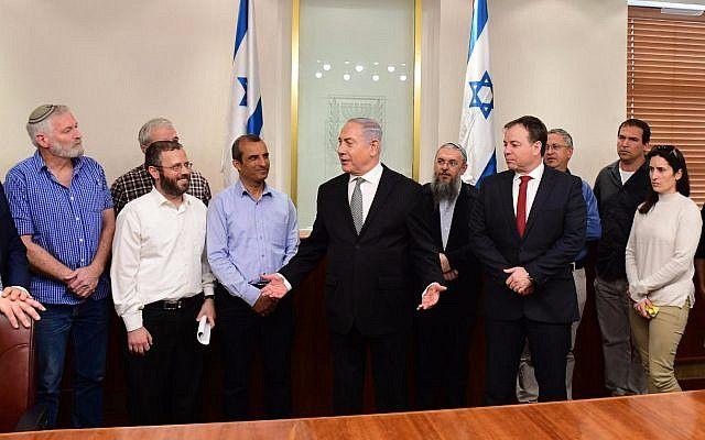 Ilustrativo: el primer ministro Benjamin Netanyahu (c) se reúne con los líderes de las comunidades judías en Judea y Samaria en su oficina el 25 de febrero de 2018. (Amos Ben Gershom / GPO)