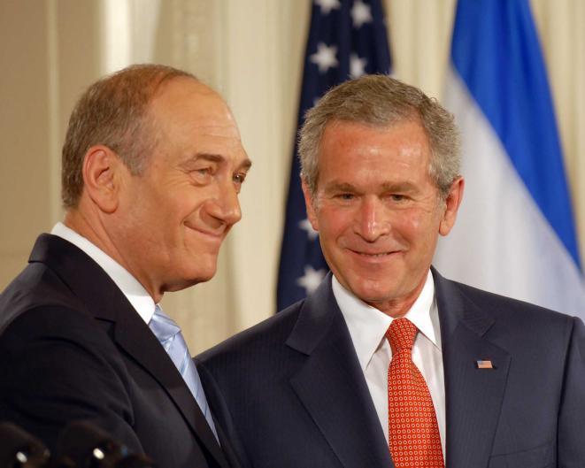 El presidente de los Estados Unidos, George W. Bush, da la bienvenida al entonces primer ministro Ehud Olmert en la Oficina Oval de la Casa Blanca, en mayo de 2006. (Avi Ohayon / GPO / Flash 90)