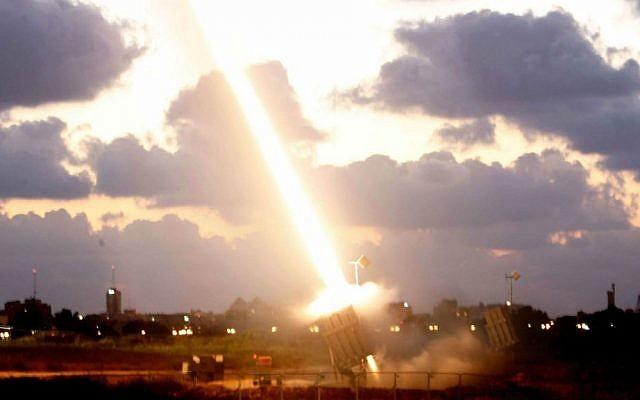 Una batería de defensa de misiles Iron Dome instalada cerca de la ciudad sureña israelí de Ashdod dispara un misil de interceptación el 16 de julio de 2014. (Miriam Alster / Flash 90)
