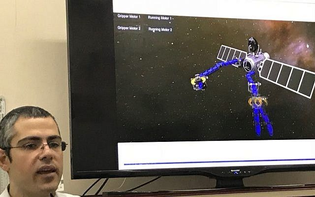 David Zarrouk, profesor del Departamento de Ingeniería Mecánica de la Universidad Ben-Gurion, y jefe del Laboratorio de Robótica Médica y Bioinspirada, que demuestra la aplicación espacial del brazo robótico, el 5 de marzo de 2018;(Shoshanna Solomon / Times of Israel)