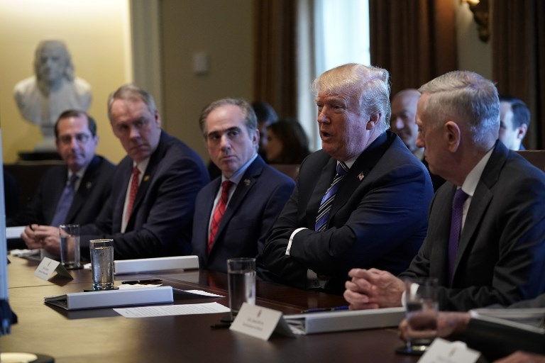 El presidente de EE.UU., Donald Trump, con el secretario de Defensa James Mattis (R), habla durante una reunión del gabinete en la sala del gabinete de la Casa Blanca el 8 de marzo de 2018 en Washington, DC. (Mandel Ngan / AFP)