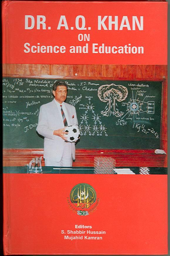 """El libro """"Dr.AQ Khan en Ciencia y Educación"""" muestra a Khan de pie frente a una pizarra verde con su diseño para un gatillo de bomba nuclear multipunto con un iniciador de neutrones distintivamente etiquetado en el medio de la cabeza nuclear.(crédito de la foto: Cortesía)"""
