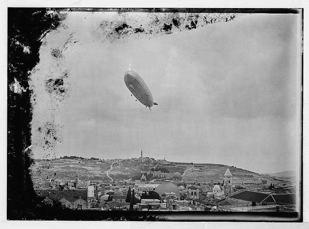 El Graf Zeppelin sobrevuela Jerusalem en abril de 1931 (cortesía de la ColecciónAmerican-Colony Photo-Dept. : G. Eric y Edith Matson Photograph Collection, Prints and Photographs Division, LOC, Washington, DC)