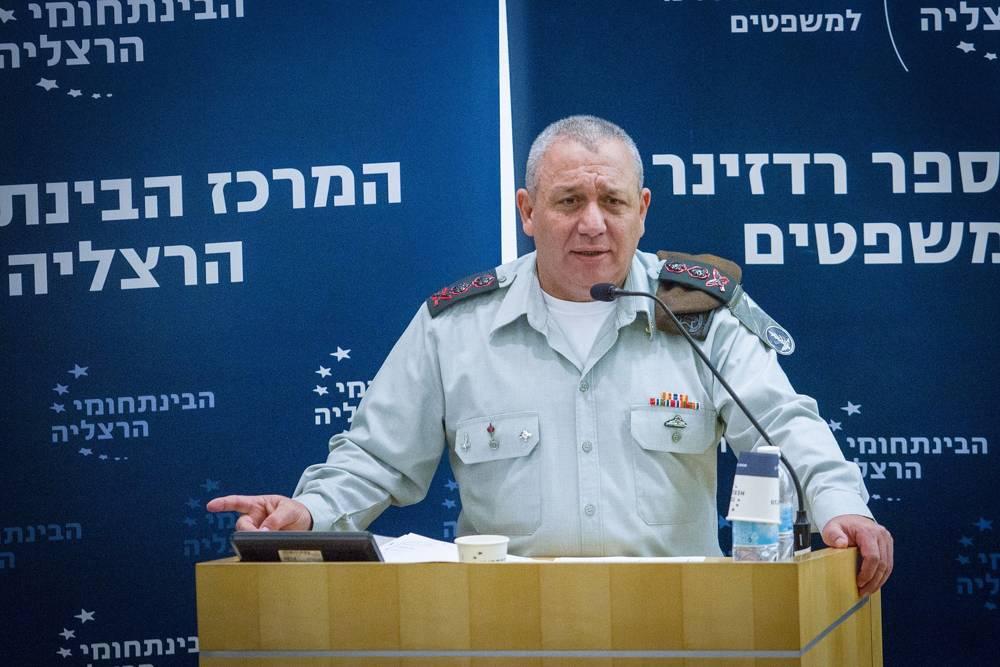 El Jefe de Gabinete de las FDI Gadi Eisenkott habla en una conferencia en el Centro Interdisciplinario en Herzliya, el 2 de enero de 2018. (FLASH 90)
