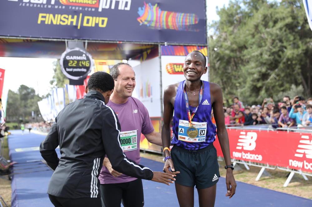 El alcalde de Jerusalem, Nir Barkat (centro), con el corredor keniata Kipkogey Shadrack 27 (derecha), que ganó la Maratón de Jerusalem 2018, 9 de marzo de 2018. (Flash 90)