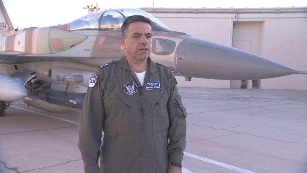 El comandante de la Fuerza Aérea de Israel Amikam Norkin analiza una operación israelí para bombardear un reactor nuclear sirio en Deir Ezzor que tuvo lugar 10 años antes, del 5 al 6 de septiembre de 2007. (Captura de pantalla / Fuerzas de Defensa de Israel)