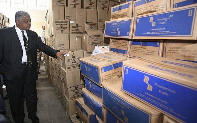 El embajador de los Estados Unidos en Zimbabwe, James McGee, inspecciona los bienes donados por la Agencia de los Estados Unidos para el Desarrollo Internacional, USAID, para combatir el cólera en Harare, Zimbabue, el jueves 29 de enero de 2009. (AP / Tsvangirayi Mukwazhi)