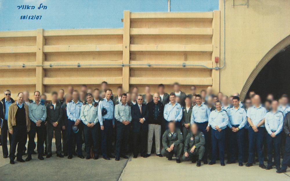 El entonces primer ministro Ehud Olmert, el ministro de defensa Ehud Barak, el jefe de personal de las FDI Gabi Ashkenazi, el jefe de la fuerza aérea Eliezer Shkedi, junto con todos los oficiales de defensa y aviadores que participaron en la operación secreta para destruir un reactor nuclear sirio en septiembre 2007, posan para una fotografía grupal dos meses después, el 18 de diciembre de 2007. (Fuerzas de Defensa de Israel)